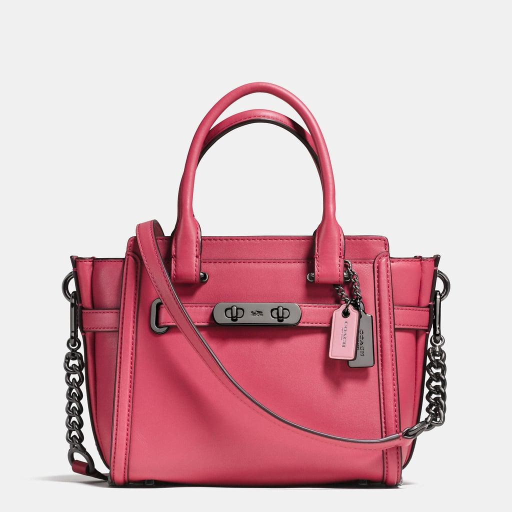 حقيبة Swagger 21 الجلديّة المدبوغة من علامة Coach      ($395 دولار أمريكي؛ 1451 درهم إماراتي/ريال سعودي)