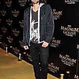Adrian Grenier went casual on the gold carpet.