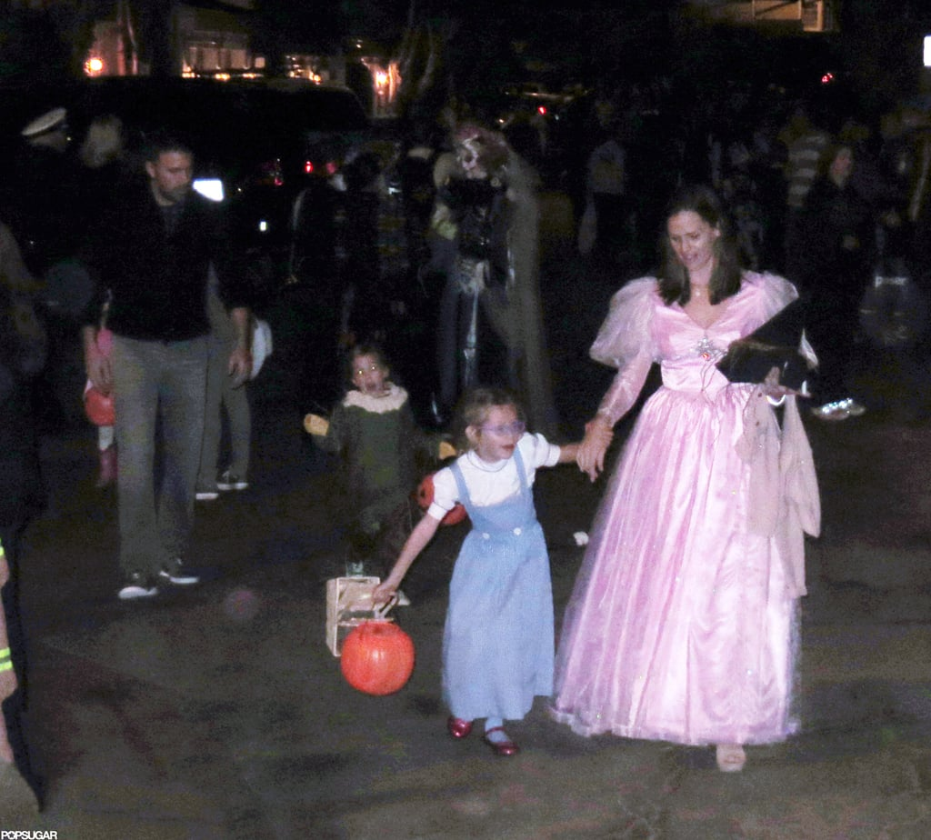 Jennifer Garner, Ben Affleck, Violet and Seraphina all wore costumes from Wizard of Oz to go trick or treating in Malibu on Halloween.