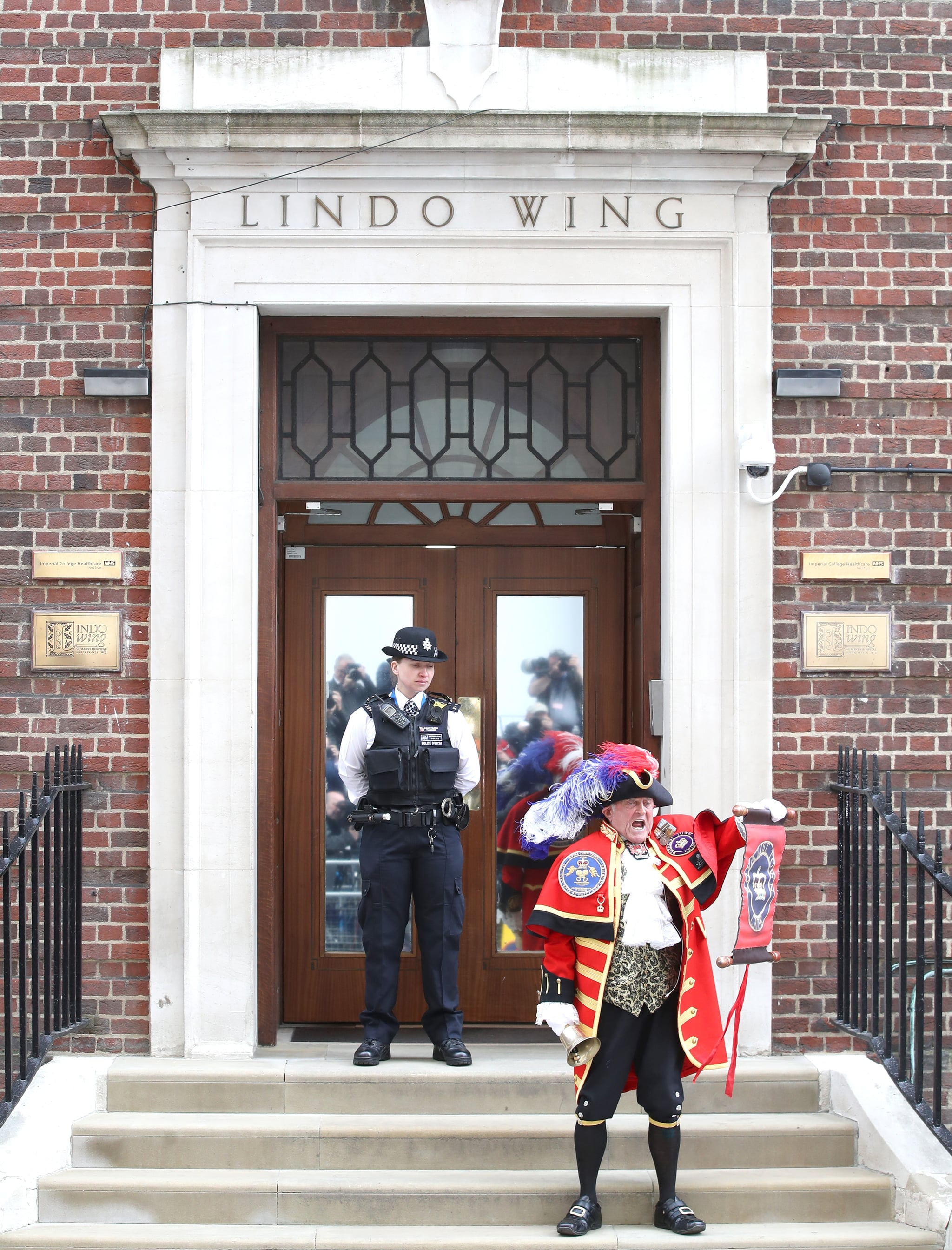 LONDON, ENGLAND - APRIL 23:  A town crier announces the birth of Catherine, Duchess of Cambridge and Prince William, Duke of Cambridge's son outside the Lindo Wing at St Mary's Hospital on April 23, 2018 in London, England.  The Duchess safely delivered a son at 11:01 am, weighing 8lbs 7oz, who will be fifth in line to the throne.  (Photo by Chris Jackson/Getty Images)