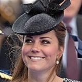 أضافت الدوقة لمسة مُكمّلة على فستانها ذو طبعة الحيوانات بقبّعة من تصميم سيلفيا فليتشر تقدمة متجر Lock & Co.