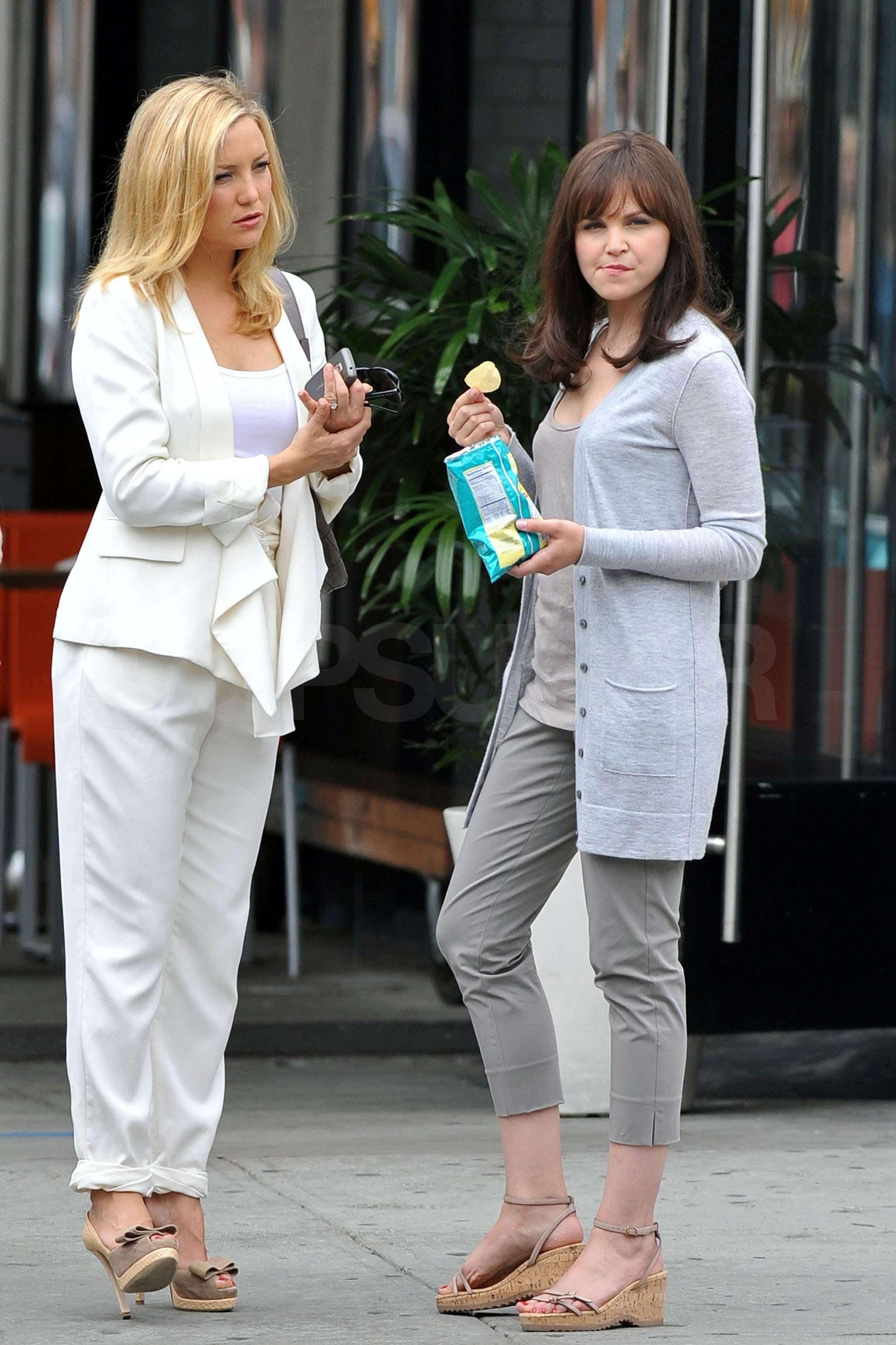 pictures of kate hudson and ginnifer goodwin on the set of
