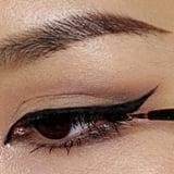 استعملي الشّريط اللّاصق لصنع تحديد العين المجنح