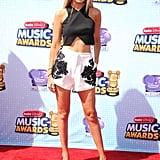 """استعرضت شورتاً مطرّزاً مع قميص """"كروب توب"""" قصير متقاطع عند ظهورها على السجادة الحمراء في حفل Radio Disney Music Awards عام 2014."""