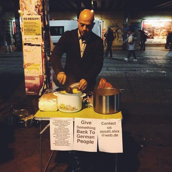 Ein syrischer Flüchtling verteilt Essen an Obdachlose