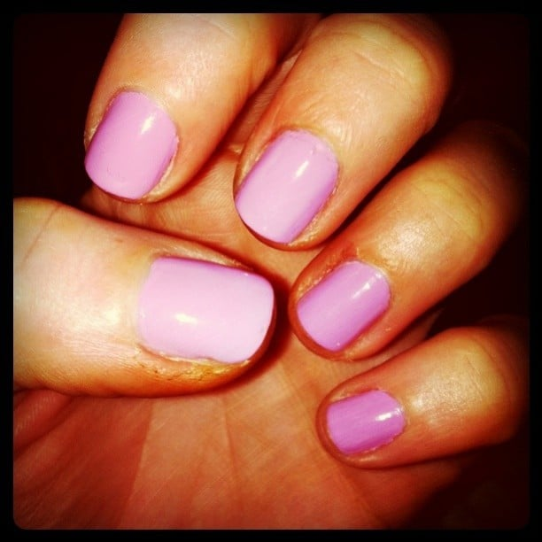 Bella ed Sarah showed Winter who is boss with her lavender-pink nails.