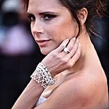 الماسة ذات التصميم البسيط تلك مرصّعة على خاتمٍ من البلاتين المرصوف بالألماس.