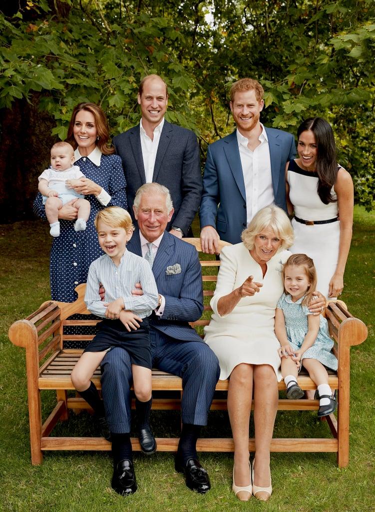 """تمّ يوم الثلاثاء الفائت إصدار مجموعة جديدة من صور العائلة المالكة البريطانيّة تكريماً لذكرى ميلاد الأمير تشارلز بعامه الـ70 الموافق لـ14 نوفمبر، ويبدو أنّه لا يمكننا تخطّي حقيقة أنّ الأمير جورج، والأميرة تشارلوت، والأمير لويس باتوا يكبرون بسرعة. ففي الصورتين، يحيط بتشارلز جميع أحفاده، إضافة إلى الأمير ويليام، وكيت ميدلتون، والأمير هاري، وميغان ماركل، فضلاً عن زوجته كاميلا دوقة كورنوال، وذلك بحديقة قصر كلارنس هاوس. قام أفراد الأسرة المالكة بتنسيق ألوان ثيابهم مع بعضها، فاختاروا هذه المرّة تدرّجات الأزرق والأبيض كخليطٍ أساسيّ، وفي إحدى اللّقطات، بدت العائلة وكأنّها تضحك على شيءٍ ما خلف الكاميرا. من جهته، قال المصور كريس جاكسون في بيانٍ له نشرته مجلّة People: """"كان من المميّز على نحوٍ خاصٍّ التقاط صورة عائليّة غير رسميّة ومسترخية خلال وقتهم الممتع ما بعد الظهيرة بحدائق قصر كلارنس هاوس"""". يُذكر أيضاً أنّه في وقتٍ سابقٍ من هذا الأسبوع، تم إطلاق صورة جديدة للطّفل لويس عبر أحدث فيلم وثائقيّ لقناة BBC One: واسمه Prince, Son and Heir: Charles at 70 (الأمير، والابن، والوريث: تشارلز في سن الـ70). في الصورة، يظهر لويس ممسكاً بيدي جدّه بينما تحمله كيت. إن كانت هذه الإصدارات تشير إلى ما ستكون عليه صورتهم الخاصّة في عيد الميلاد، فليس بوسعنا الانتظار أكثر لمشاهدتها إذاً!"""