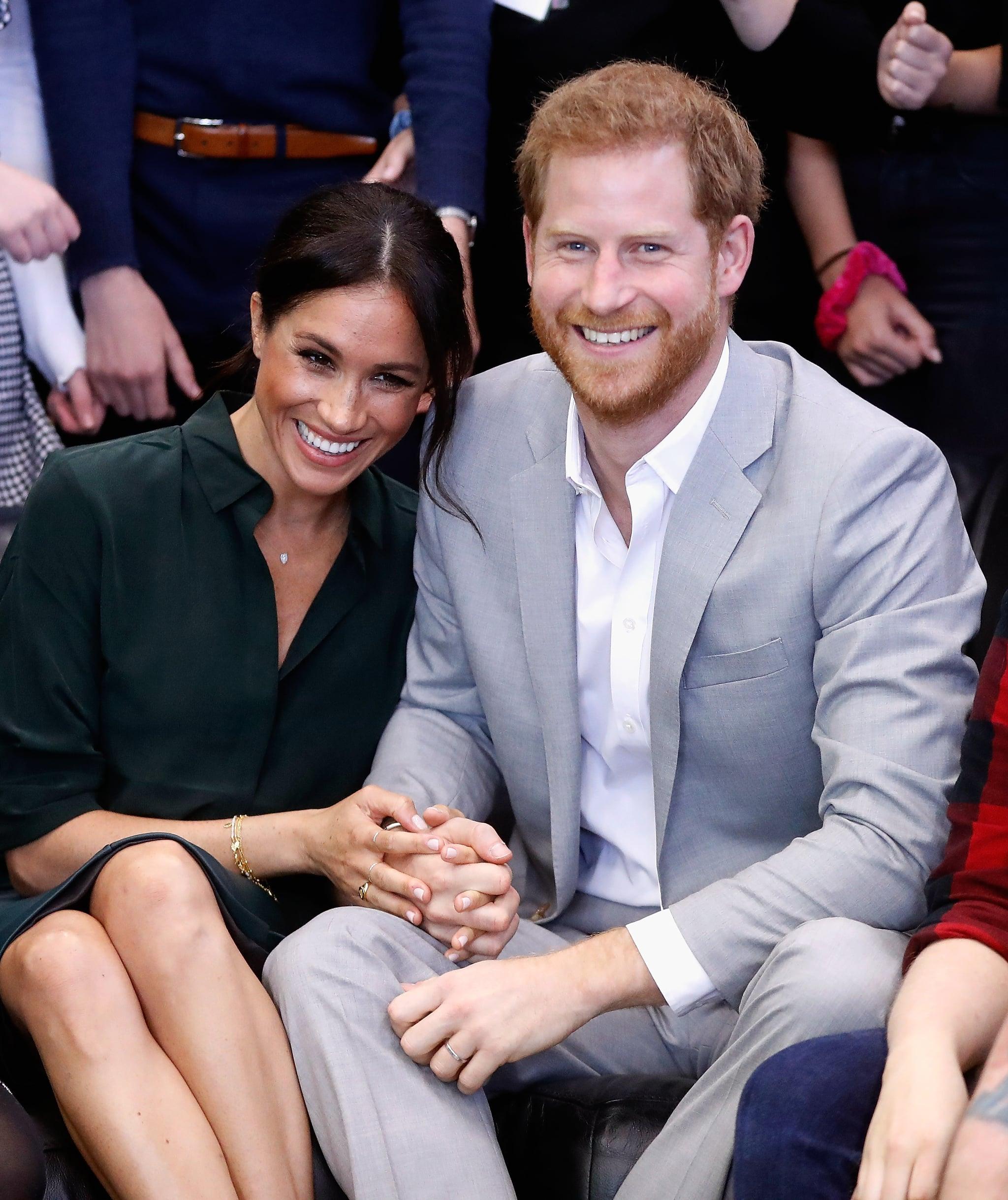 PEACEHAVEN ، پادشاهی متحده - 03 اکتبر: (یادداشت سردبیران: انتقال مجدد با محصول جایگزین.) مگان ، دوشس ساسکس و شاهزاده هری ، دوک ساسکس در 3 اکتبر 2018 در صلح هون بازدید رسمی از مرکز جوانان جف در صلحهون ، ساسکس انجام دادند ، انگلستان.  دوک و دوشس در 19 مه 2018 در ویندزور ازدواج کردند و The Queen به آنها دوک و دوشس ساسکس اعطا شد.  (عکس از کریس جکسون / گتی ایماژ)