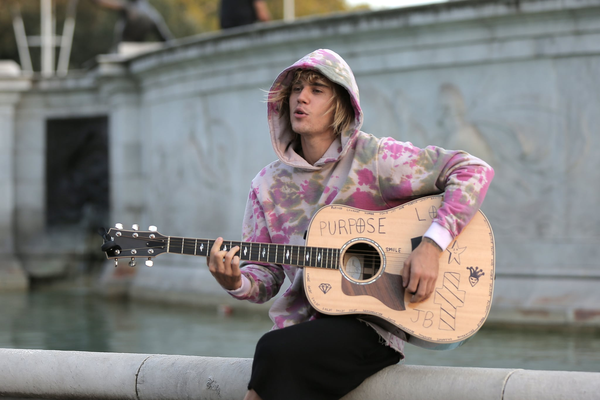 LONDON, ENGLAND - SEPTEMBER 18:  Justin Bieber stops at the Buckingham Palace fountain to play a couple of songs with his guitar for Hailey Baldwin and fans on September 18, 2018 in London, England.  (Photo by Ricky Vigil/GC Images)