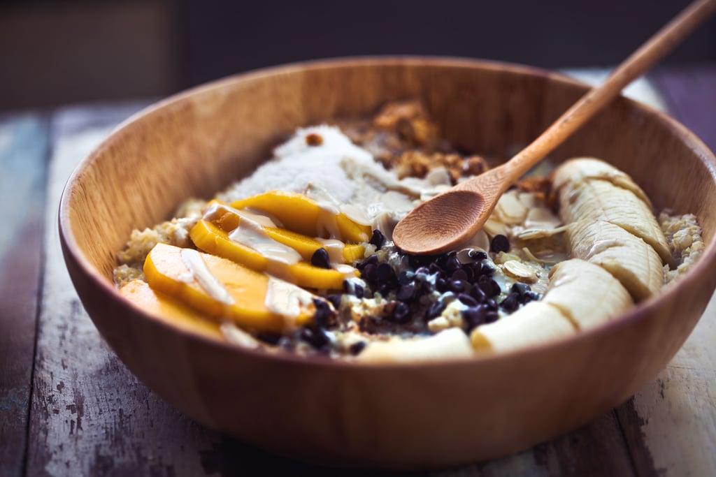 يؤدي تناول بعض الكربوهيدرات (مثل الفاكهة والحبوب) إلى زيادة الوزن