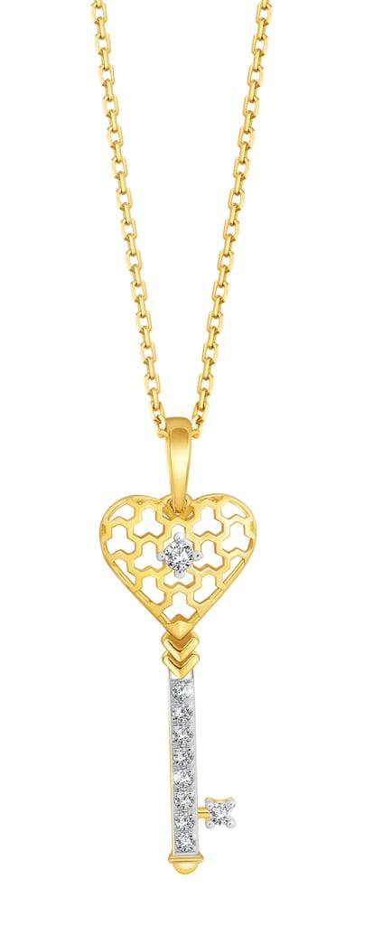قلادة على هيئة مفتاح الحب – يمكنكِ شراؤها من علامة Pure Gold Jewellers (بسعر 1,099 درهماً إماراتيّاً)