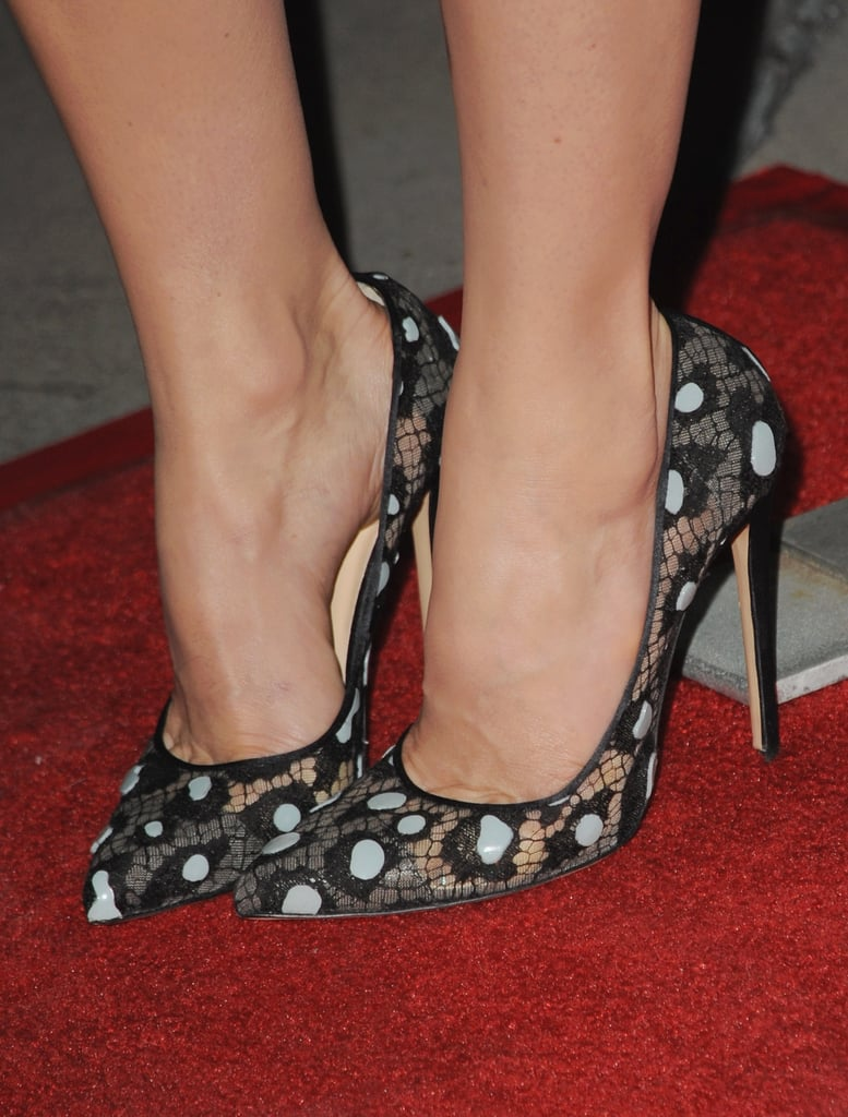 To premiere The Truth About Emanuel this December, Jessica Biel finished off her tomboy outfit with girlie pumps.