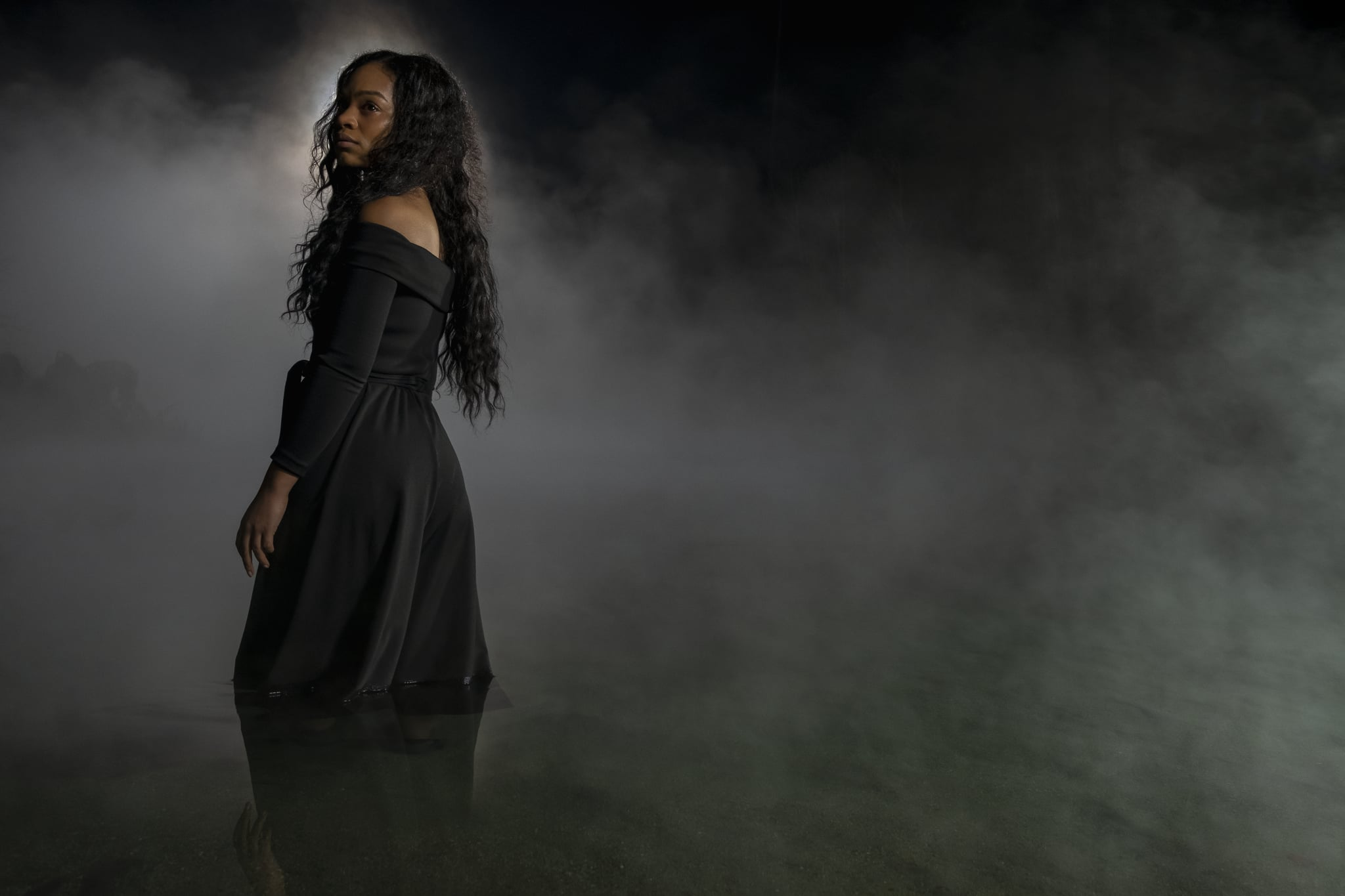 THE HAUNTING OF BLY MANOR (L to R) TAHIRAH SHARIF as REBECCA JESSEL in THE HAUNTING OF BLY MANOR Cr. EIKE SCHROTER/NETFLIX  2020