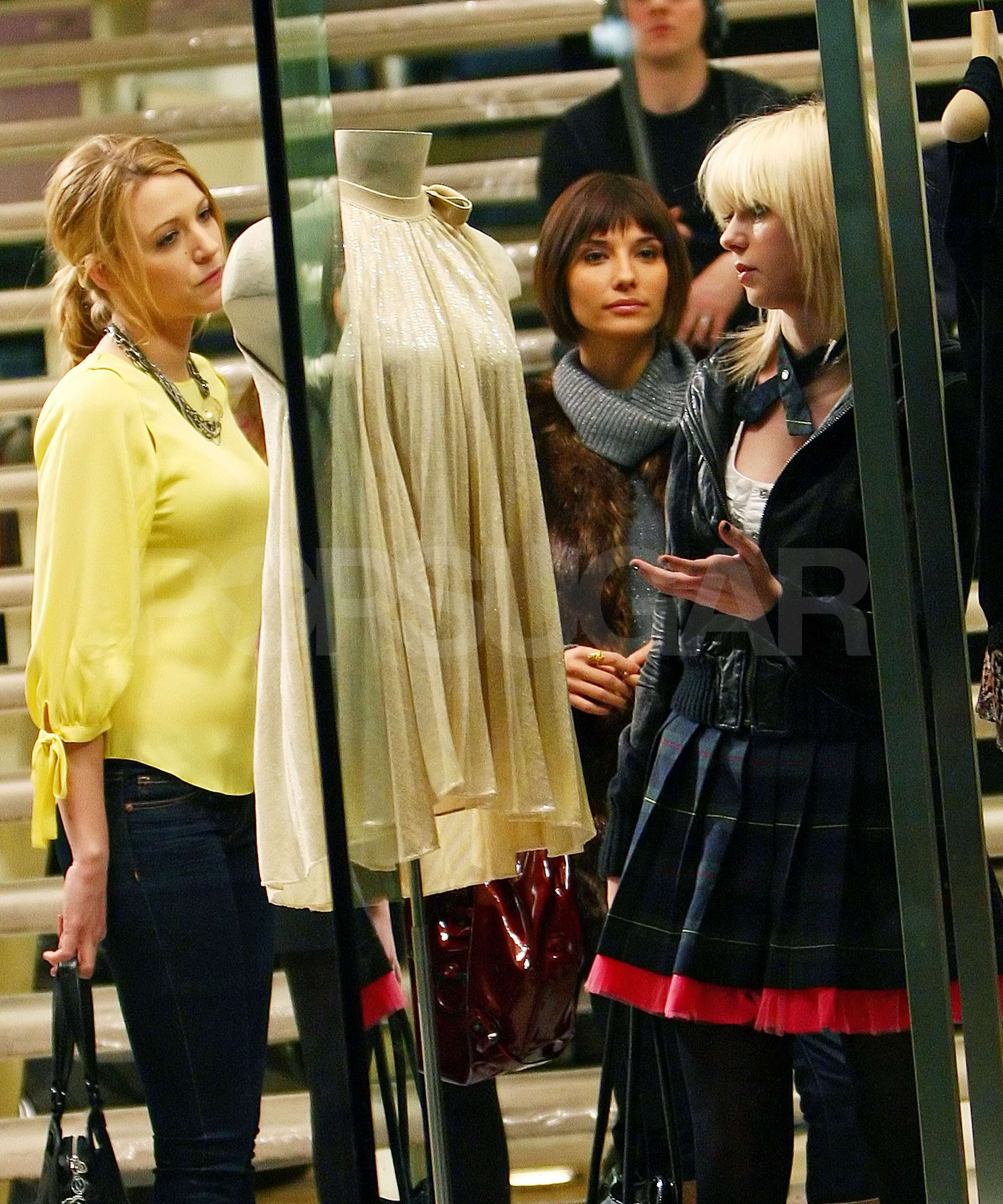 photos of taylor momsen and blake lively on the set of gossip girl