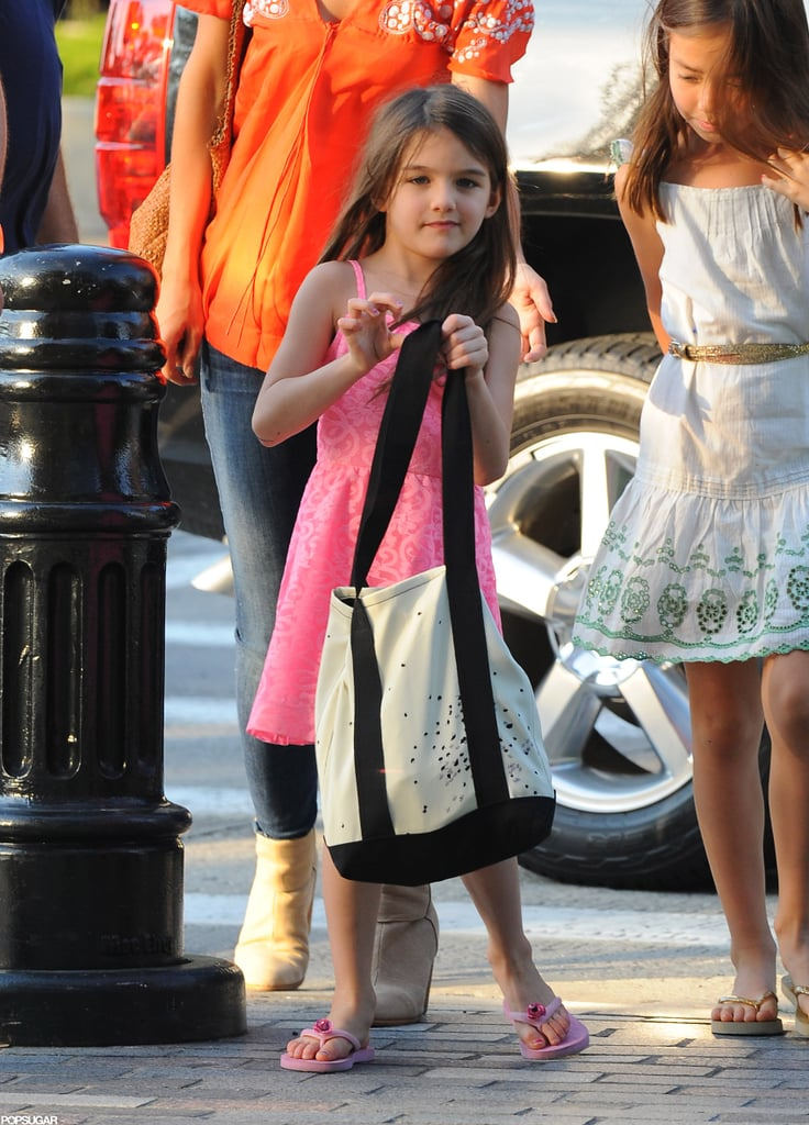 Suri Cruise held her bag.