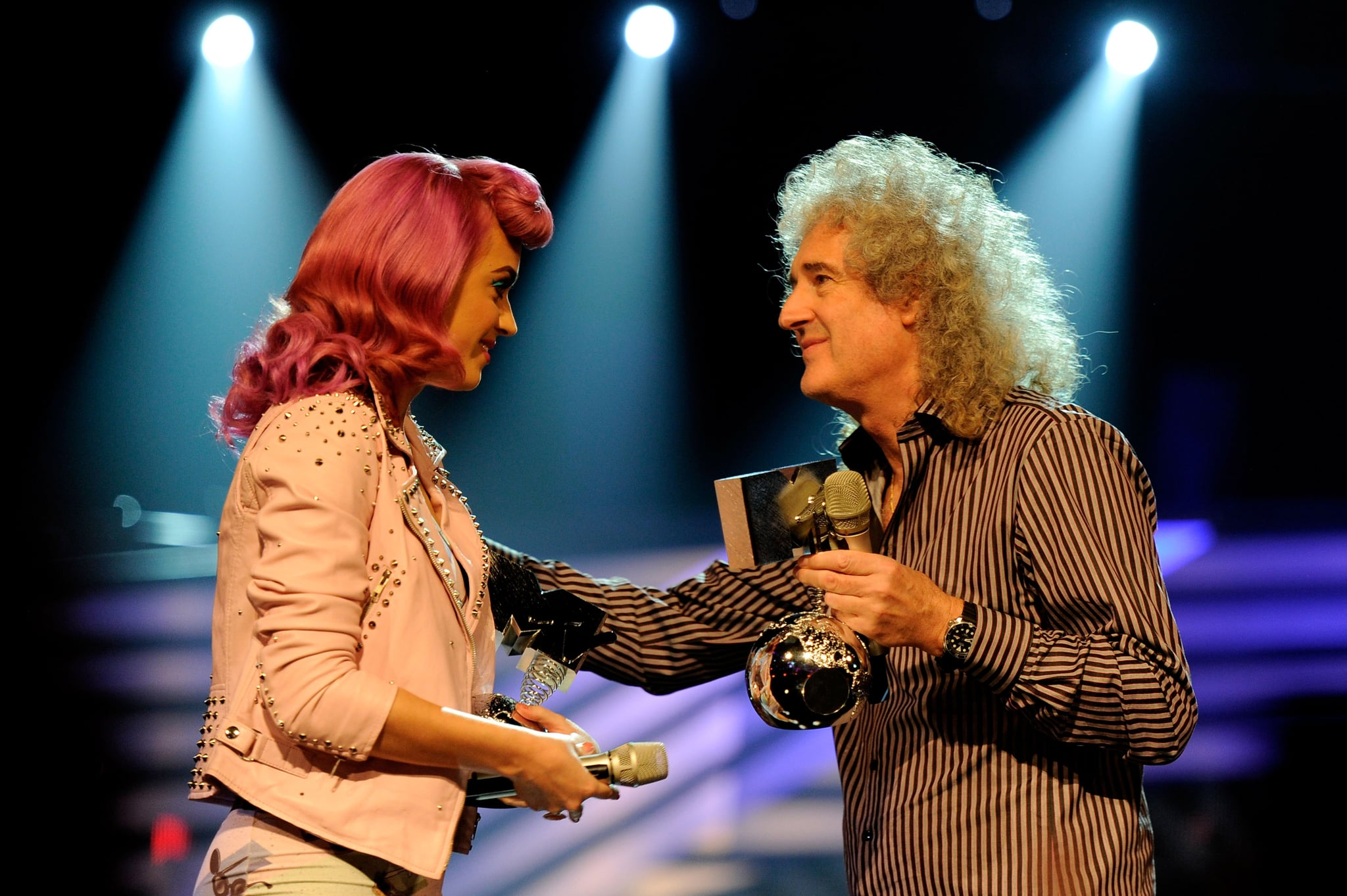 Katy presented Queen with an award.