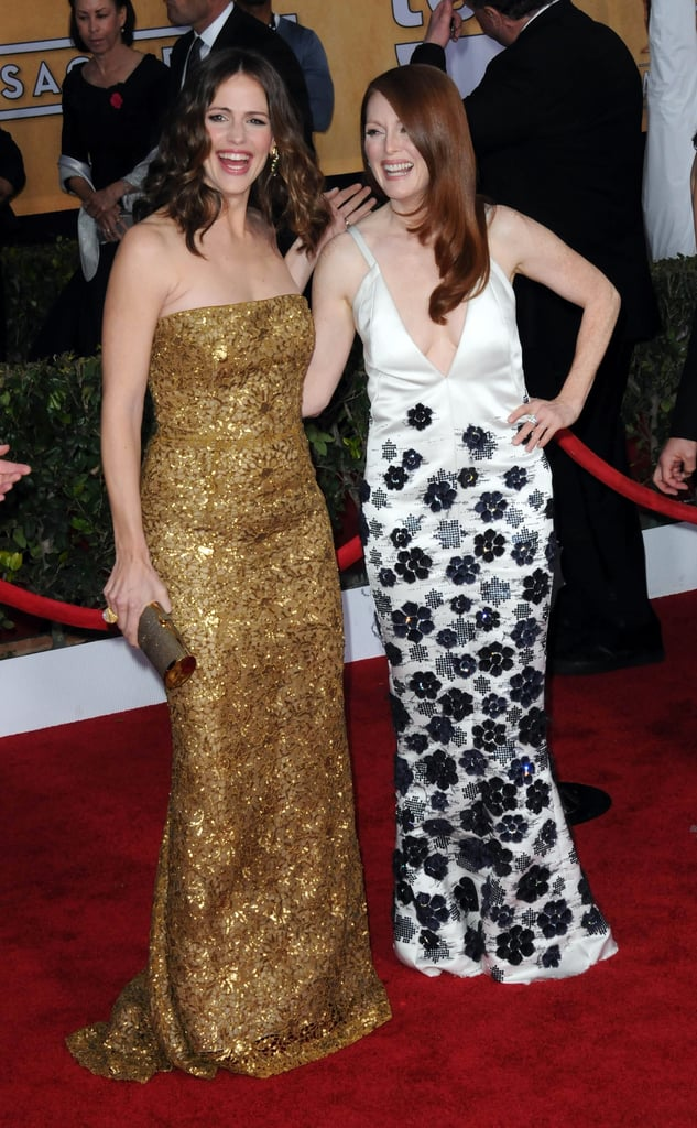 Jennifer Garner, in a gold Oscar de la Renta gown, laughed and posed with Julianne Moore at the SAG Awards.