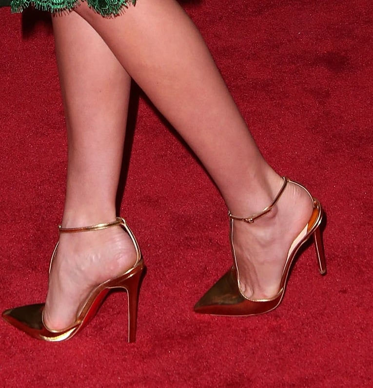 Miranda Kerr's gold ankle-strap pumps worked beautifully with her green lace dress at the QVC Red Carpet style event.
