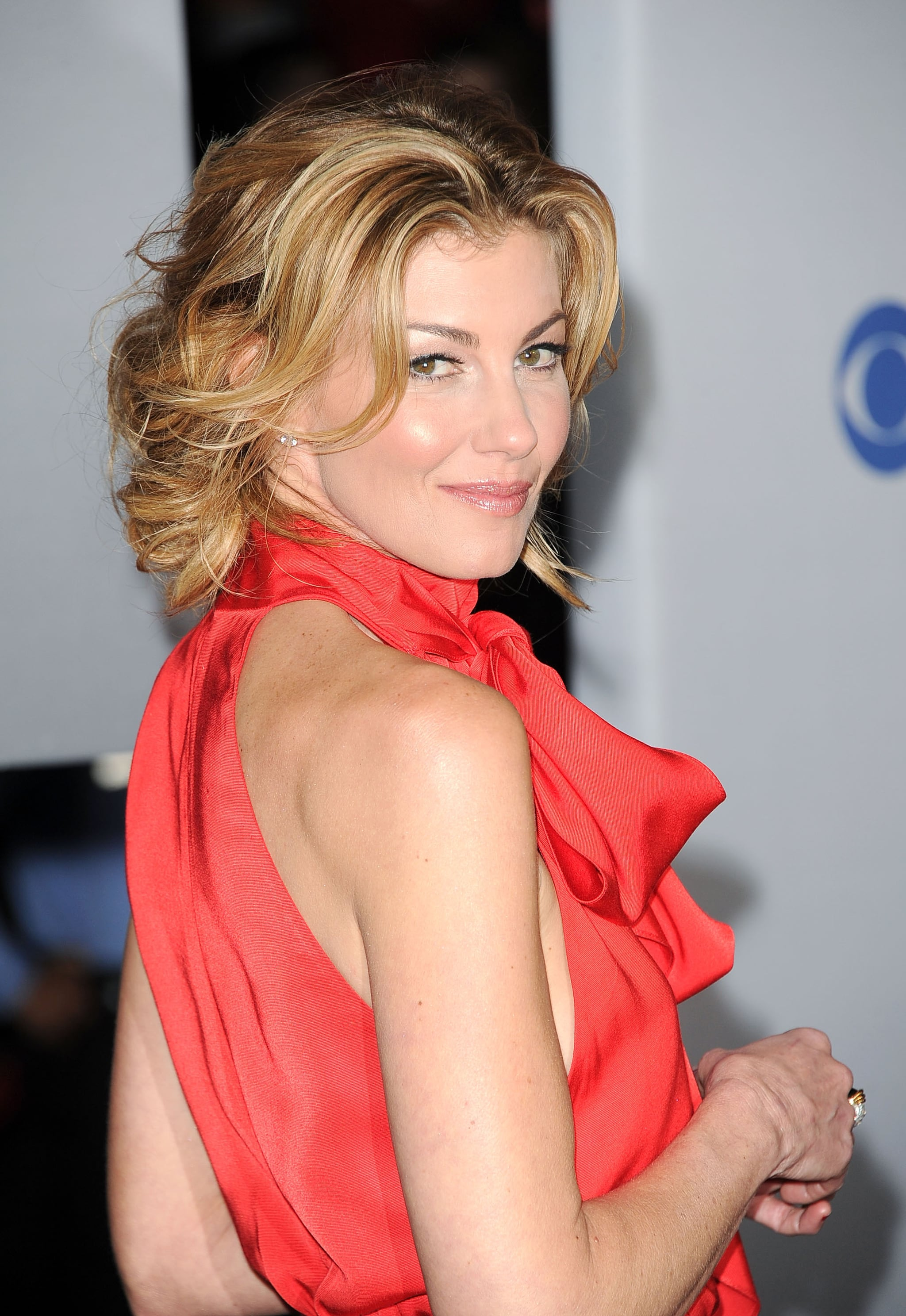 Faith Hill gave a back glance before heading into the People's Choice Awards.