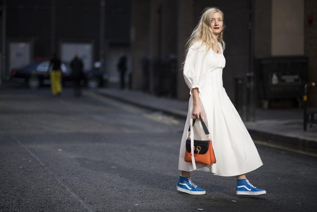 """اختاري أحذية """"SK8-Hi"""" الزرقاء ذات الحواف المُرتفعة إن كنتِ ترغبين بارتداء الألوان الزاهية"""