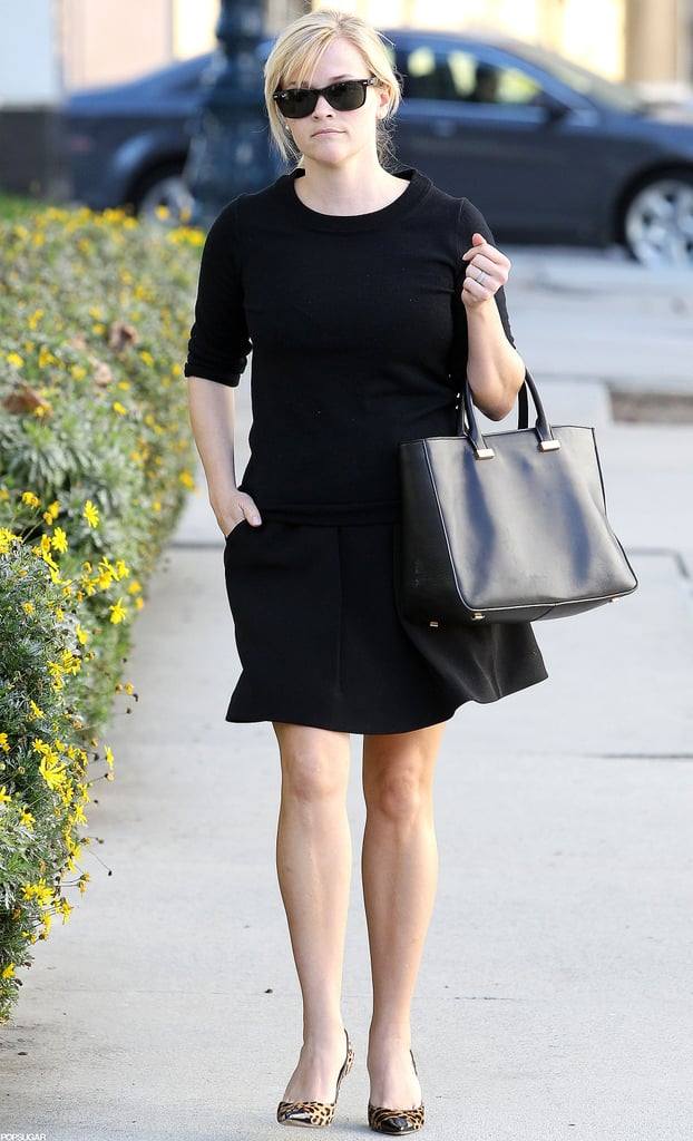 Reese Witherspoon carried a purse on one arm.