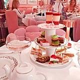 وتبدو سندويشات وحلويّات شاي بعد الظهيرة جميلة جدّاً لدرجة قد تستصعبين فيها أكلها. حيث تظهر كرات البروفيترول بالفستق كأبرز خيار هنا.