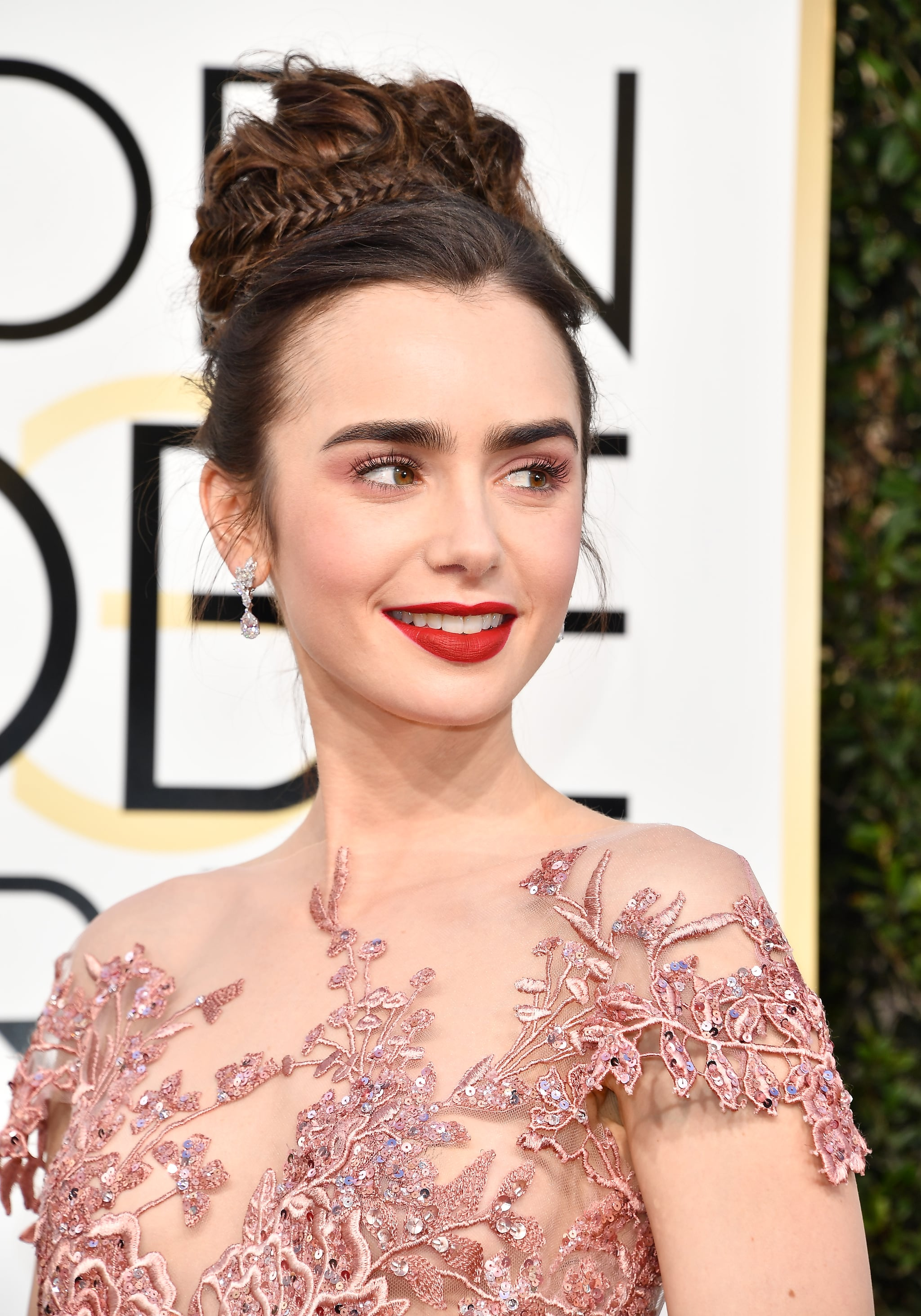 lily-collins-makeup-golden-globes-2017