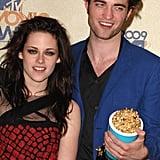 Robert Pattinson and Kristen Stewart stood close in the MTV VMAs press room in 2009.