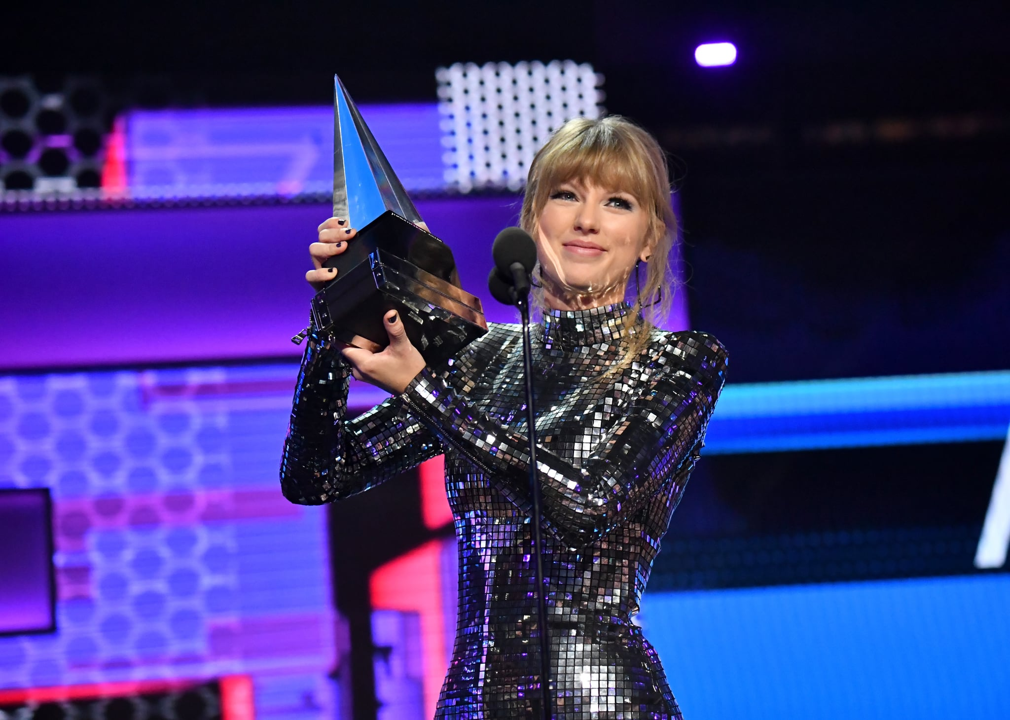 LOS ANGELES, CA - OCTOBER 09:  Taylor Swift accepts Artist of the Year onstage during the 2018 American Music Awards at Microsoft Theatre on October 9, 2018 in Los Angeles, California.  (Photo by Jeff Kravitz/AMA2018/FilmMagic For dcp ,)