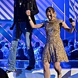 Jason Aldean helped Kristen Bell down the stairs.