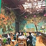"""تُشكّل صالة Gallery قسماً واحداً فقط من موقع Sketch، إذ تتمتّع كلّ صالة بتجربة طعام مختلفة وبتصميم جماليّ آسر. تقدم صالة Glade، التي تظهر صورتها في الأعلى على مبدأ """"الغابة الخياليّة المسحورة""""، على سبيل المثال، وجبات الإفطار، وشاي بعد الظهيرة، والطعام الخفيف، والكوكتيلات المسائيّة. يضمّ الموقع 5 مطاعم وبارات بالمجمل."""