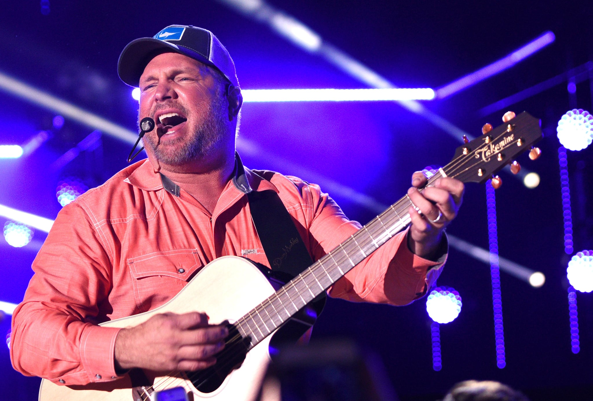 Garth Brooks' daughter gets engaged at his show