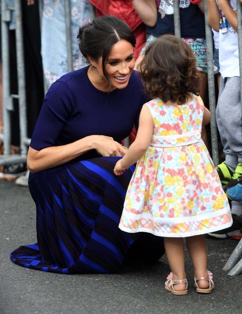 ميغان ماركل تعانق فتاة صغيرة في نيوزيلندا 2018