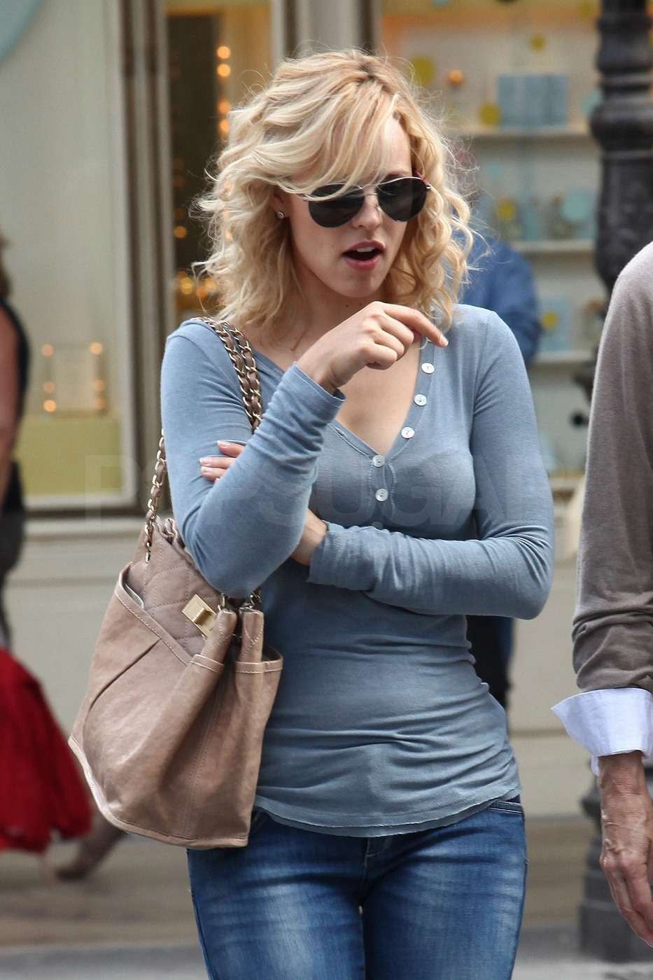 pictures of rachel mcadams on the set of midnight in paris