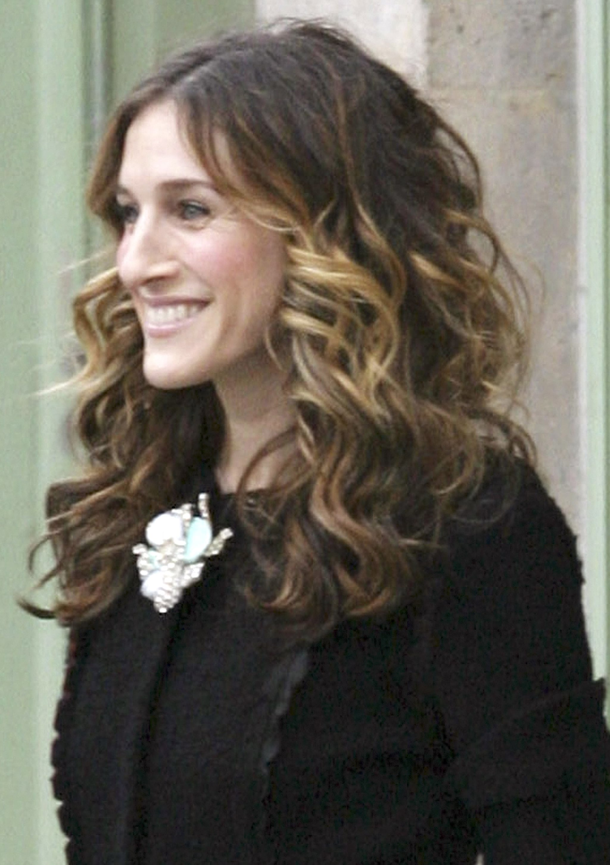 Here in the series finale, a head full of curls and a neutral makeup palette make for a delicate, feminine look.