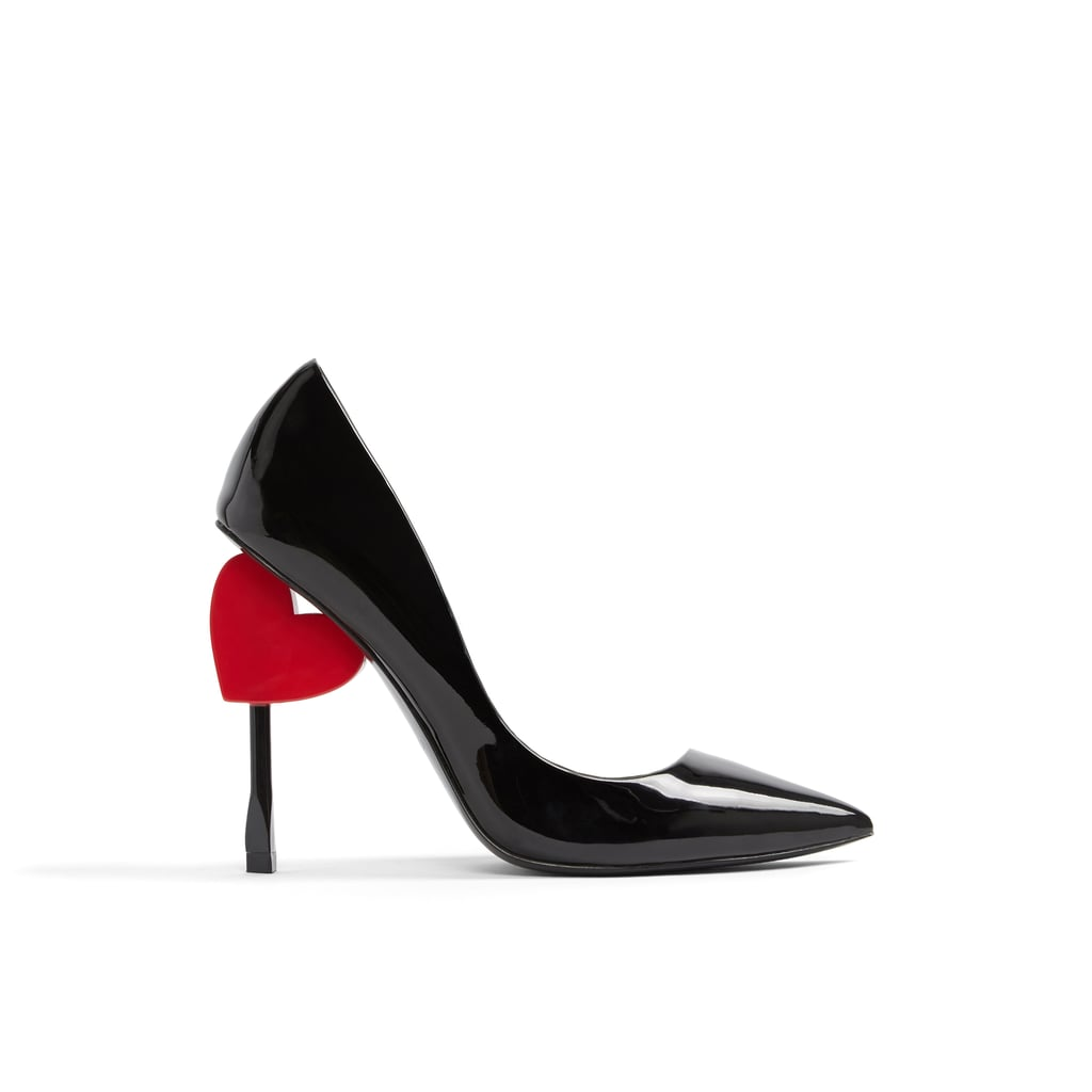 """حذاء كعبٍ عالٍ أسود مزيّن بقلب صغير – يمكنكِ شراؤه من علامة """"ألدو"""" (بسعر 399 درهماً إماراتيّاً)"""