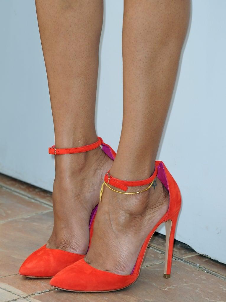 Zoe Saldana wore bright orange pumps.