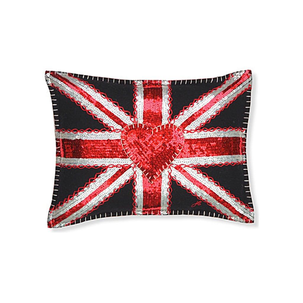 """وسادة Union Jack البرّاقة من علامة Jan Constantine – يمكنكِ شراؤها من متجر """" فيرجين ميغاستور"""" (بسعر 279 درهماً إماراتيّاً)"""
