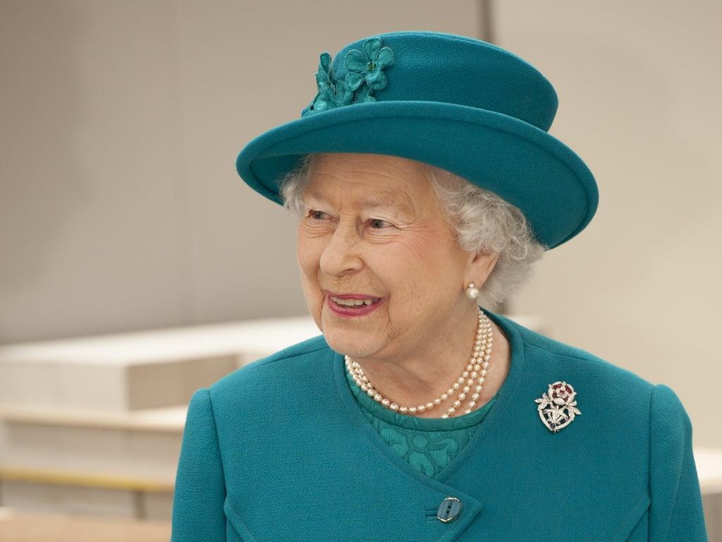 الملكة البريطانيّة بقبّعة مميّزة جدّاً من راتشيل تريفور-مورغان في مدينة ولفرهامبتون عام 2014.