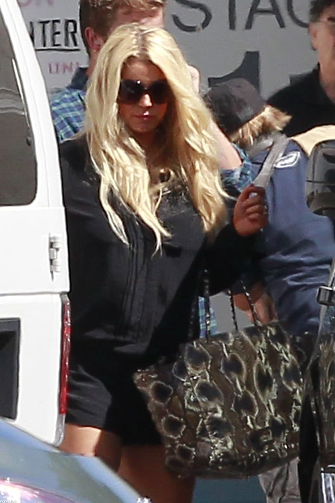 Jessica Simpson carried a printed bag to the photo shoot.
