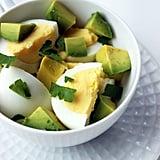 وجبة البيض المسلوق مع الأفوكادو