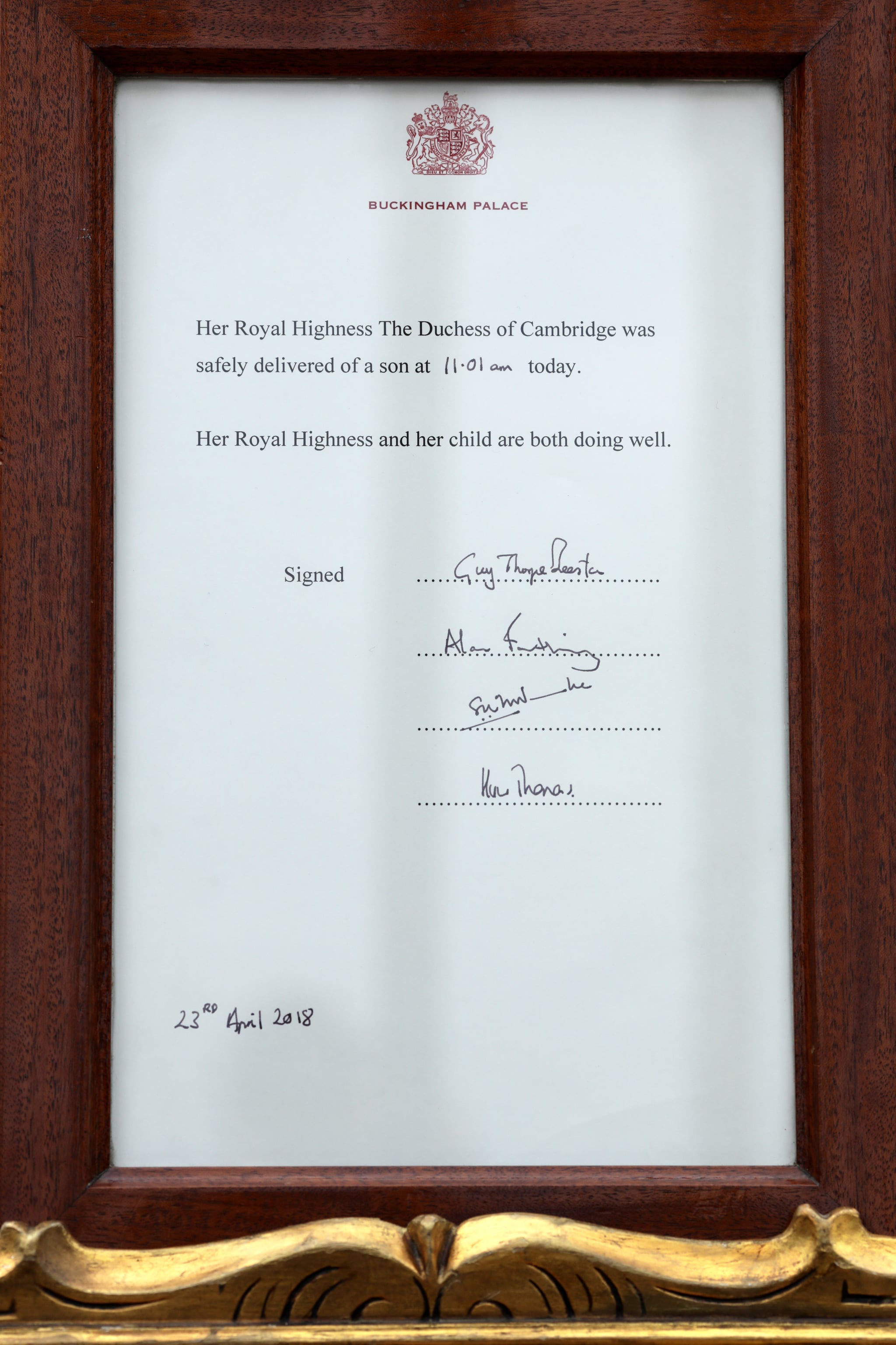 LONDON, ENGLAND - APRIL 23:  An official notice is placed on an easel in the forecourt of Buckingham Palace following the announcement that the Duchess of Cambridge has given birth to a baby boy at St Mary's Hospital on April 23, 2018 in London, England. The Duke and Duchess of Cambridge's third child was born this morning at 11:01, weighing 8lbs 7oz.  (Photo by Dan Kitwood/Getty Images)