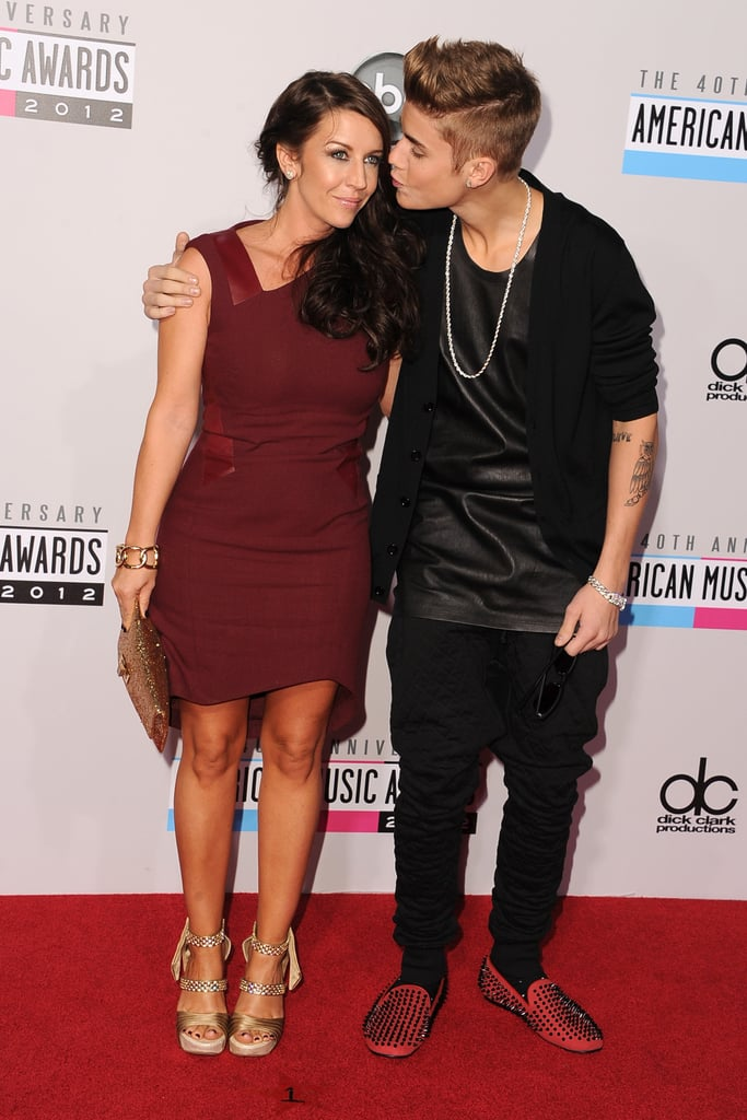 Justin Bieber gave his mom a fake kiss on the cheek at the American Music Awards.