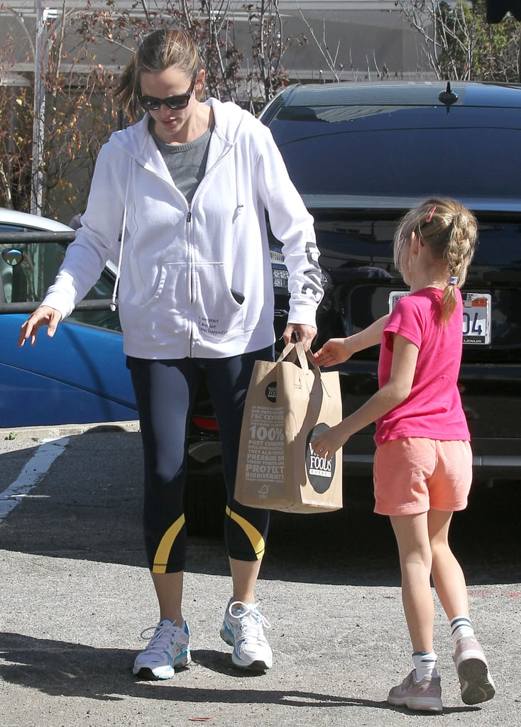 Jennifer Garner had help carrying bags: Violet.