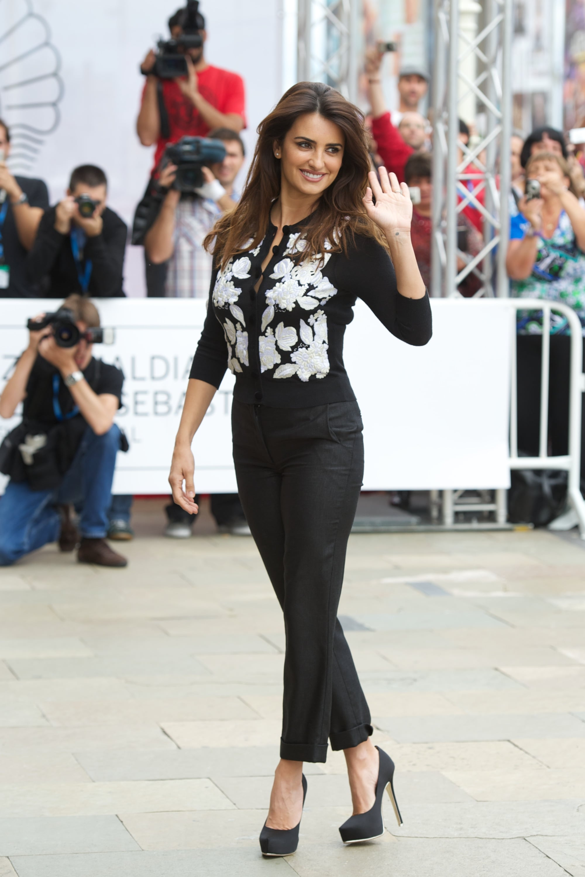 Penelope Cruz showed off her figure in fitted black pants and a ...