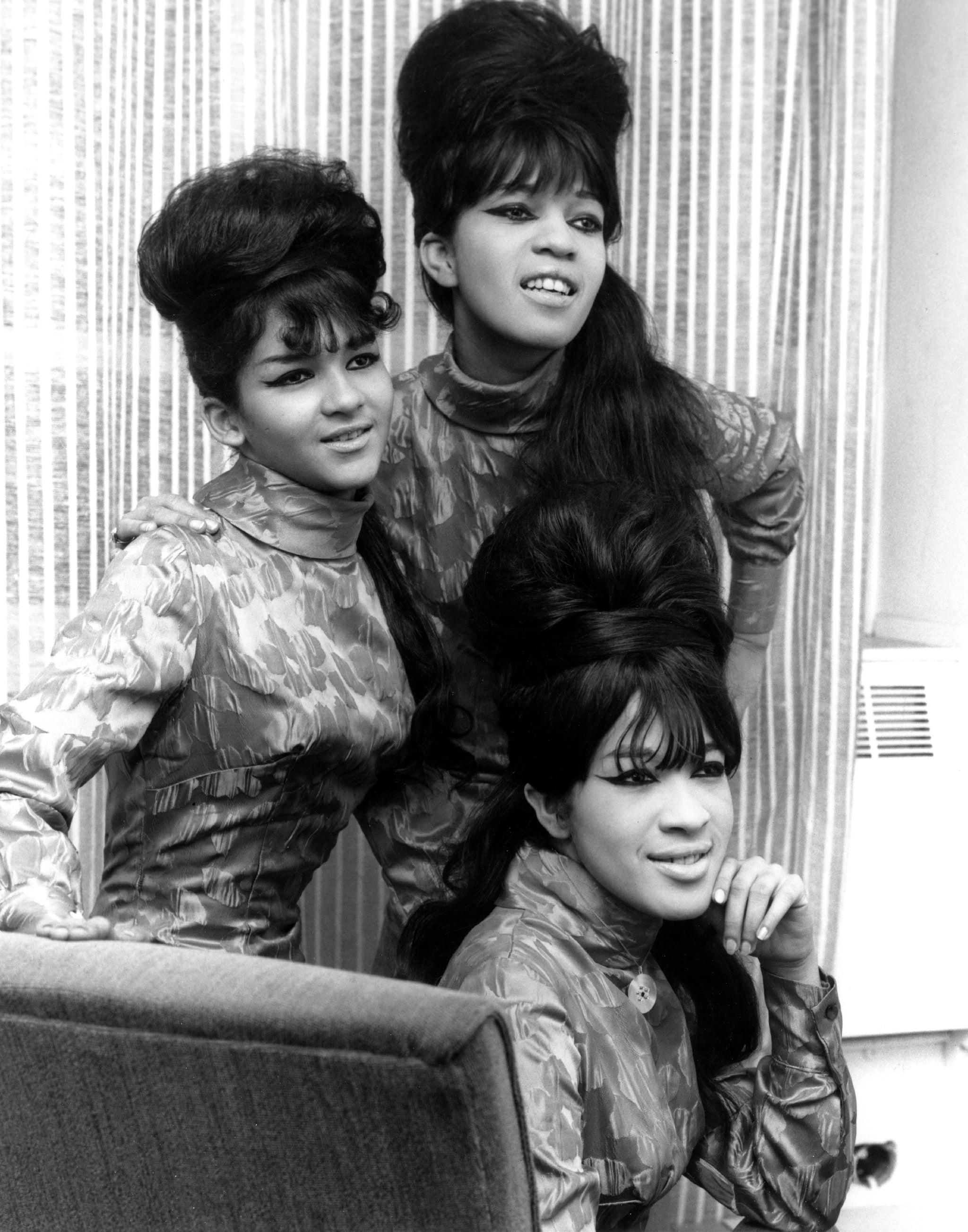 CIRCA 1965: ندرا تالی راس ، استل بنت وان ، و رونی اسپکتور از سه نفر آواز