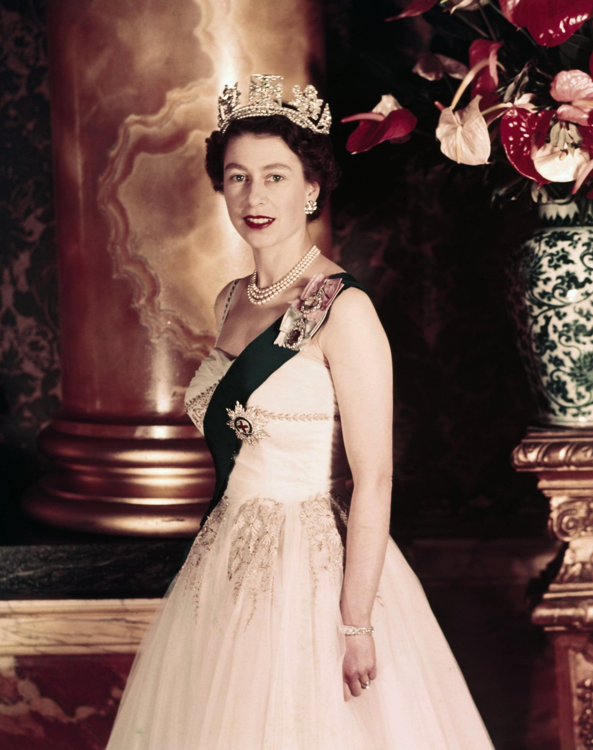 1/24/1955- Queen Elizabeth II wearing crown. Portrait. UPI color slides.
