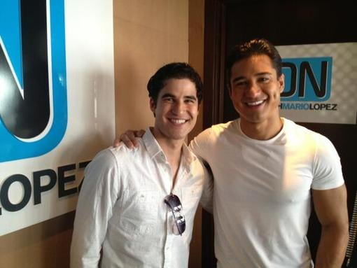 Mario Lopez interviewed Glee's Darren Criss. Source: Twitter user MarioLopezExtra
