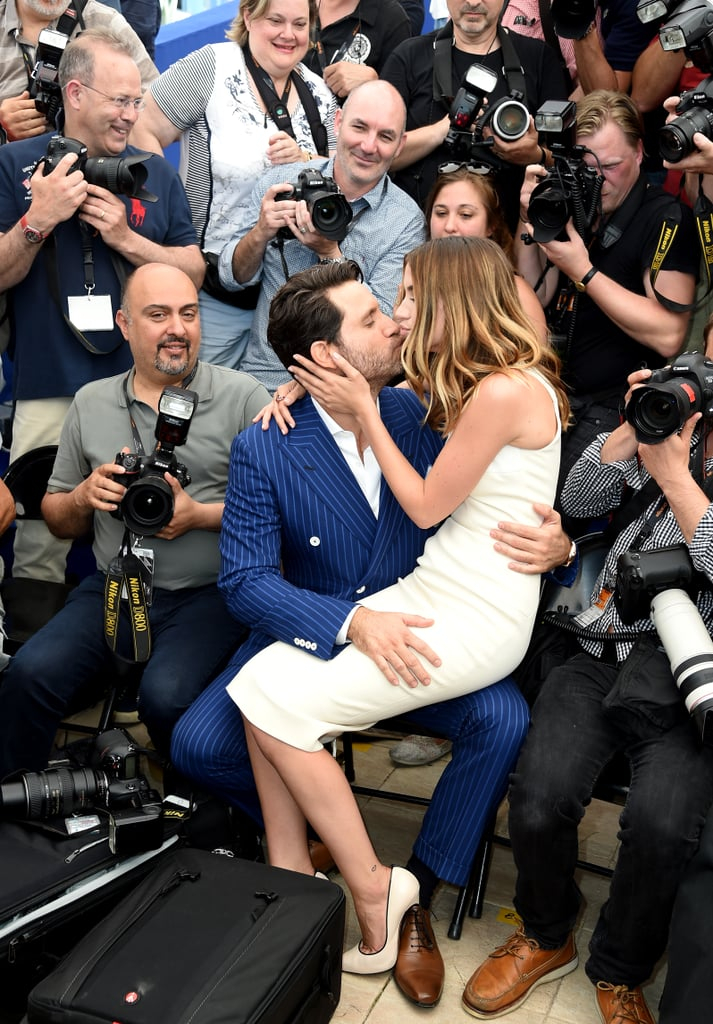 Edgar Ramirez and Ana de Armas shared a sweet embrace at the Hands of Stone photo call in 2016.
